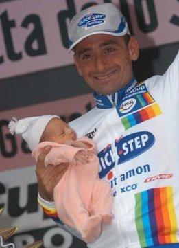 Паоло с новорожденной дочерью