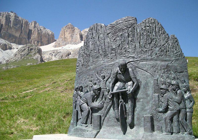 monument-en-hommage-au-champion-cycliste-fausto-coppi-erige-le-2-juillet-2000-a-pordoijoch