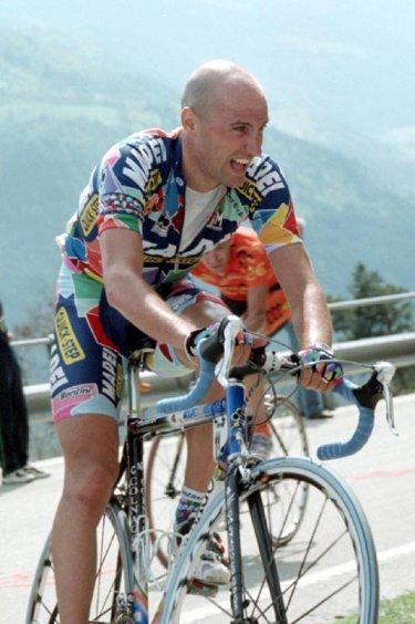 stefano-garzelli-mapei-negotiates-a-steep-corner2002