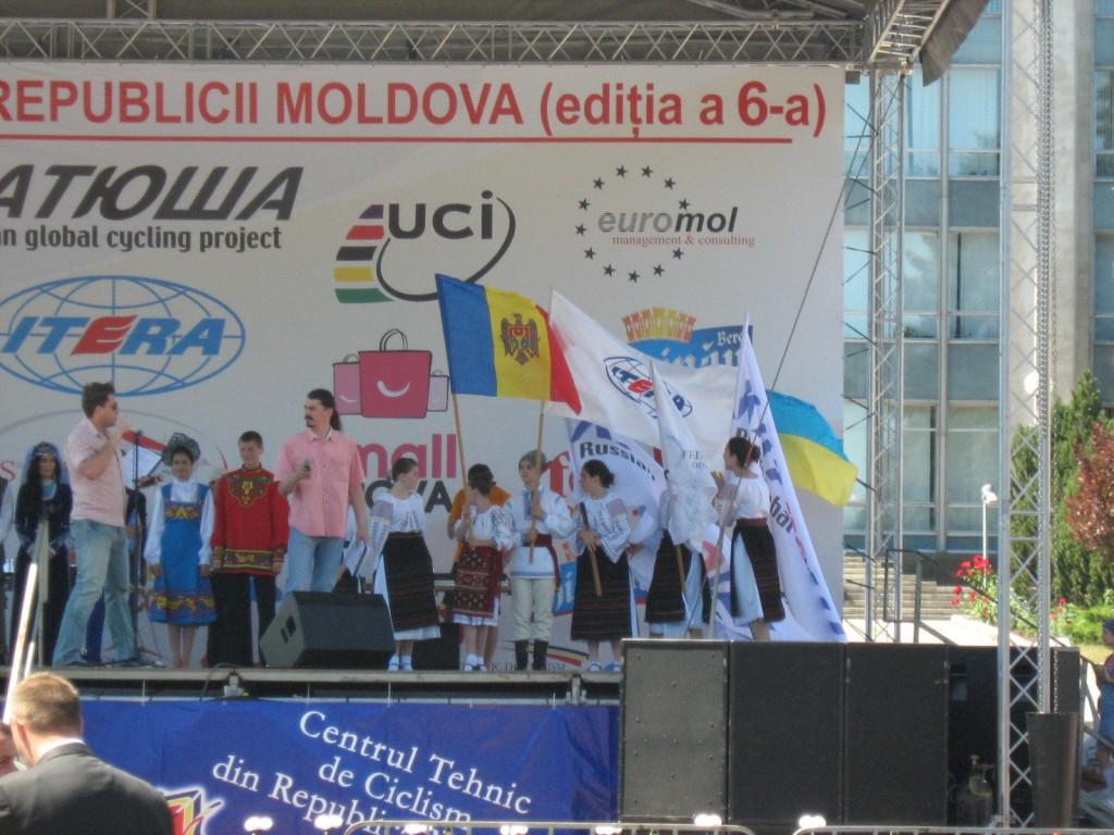 Ребята в молдавских национальных костюмах с флагами спонсоров