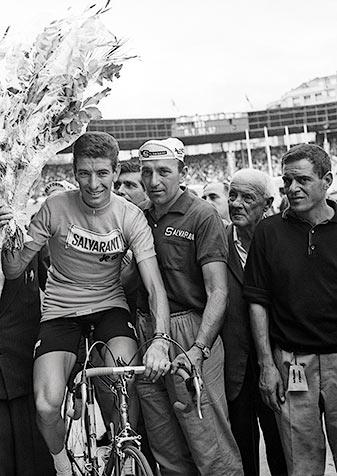 Felice Gimondi al termine del giro d'onore 1965