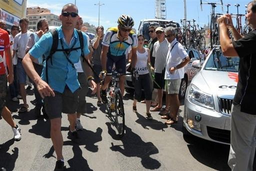 tour-de-france-2009-stage3-Marseille-La-Grande-Motte--Lance-Armstrong-with-bodyguard