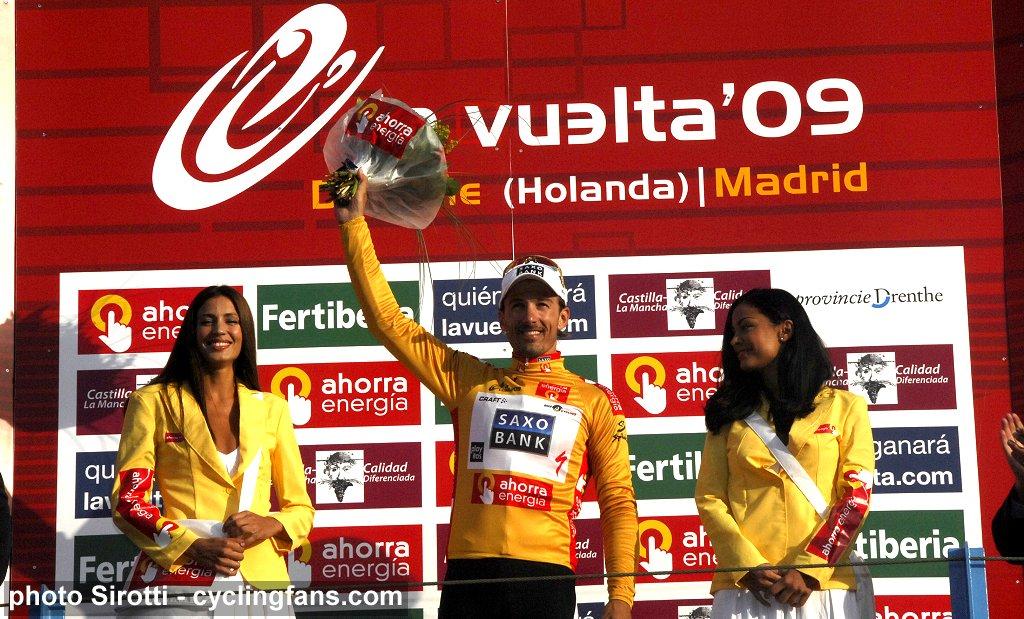 2009_vuelta_a_espana_stage1_time_trial_fabian_cancellara_saxo_bank_gold_jersey_podium_girls2