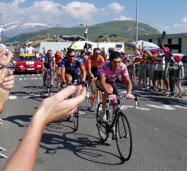 Армстронг, Белоки, Зубельдия, Хэмилтон, Бассо, нет Винокурова - потому что они гонятся за ним! 8-й этап