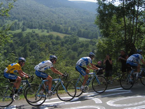 Но на следующих этапах о кризисе не было ни слова, Чечу, Азеведо, Саво, Попович, Трики Бельтран натягивали в горах пелотон так, что гонщики отваливались от группы пачками.