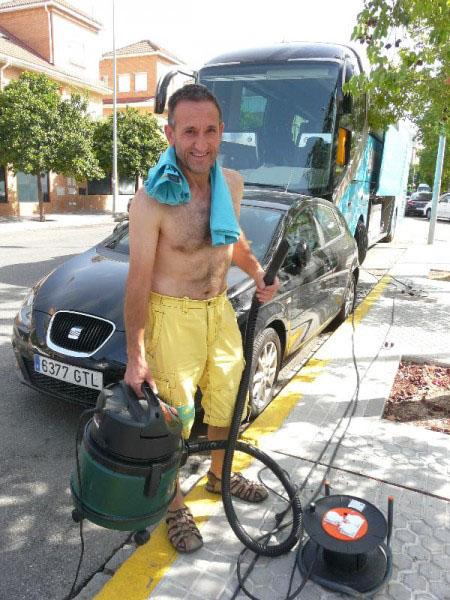 Спаситель Валентин Доронзоро со своим пылесосом