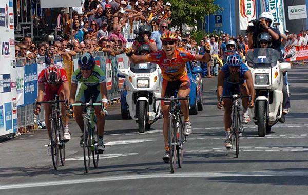 Максим Иглинский (Domina Vacanze) обходит на финише Гран-При Камайоре Франко Пеллицотти (Liquigas-Bianchi) и Ринальдо Ночентини (Acqua & Sapone-Adria Mobil). 2005 год.