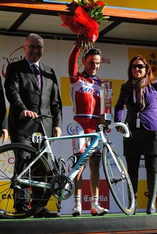 Пат Маквейд держит велосипед Пурито