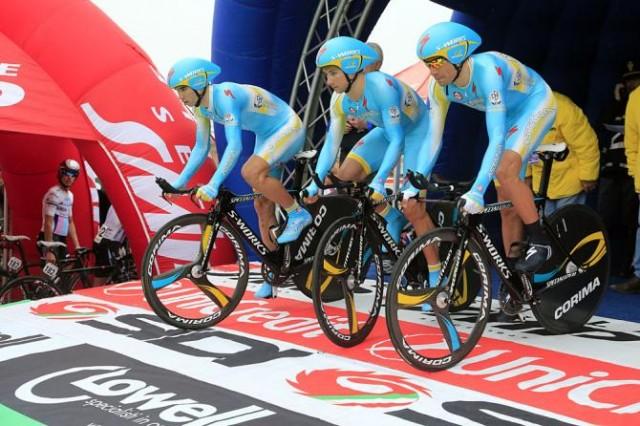 Команда Астана выкатывается на командную разделку этапа 1b