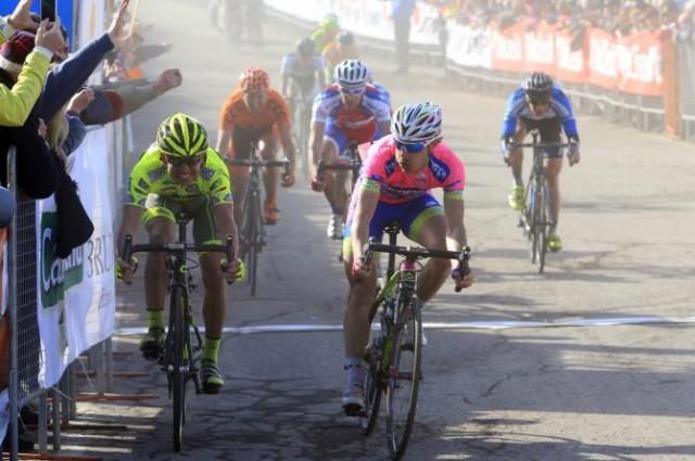 В финишном спринте из небольшой группы победу одерживает Дамиано Кунего. Мауро Сантаброджио - второй. Фото Беттини