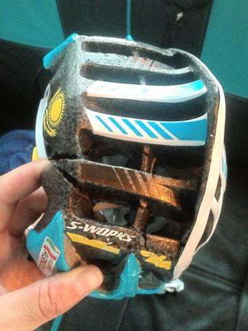 Шлем Валерио Аньоли после падения на финишной прямой второго этапа. Фото из твиттера Аньоли