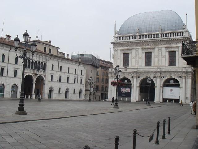 800px-Brescia_Piazza_Loggia_By_Stefano_Bolognini