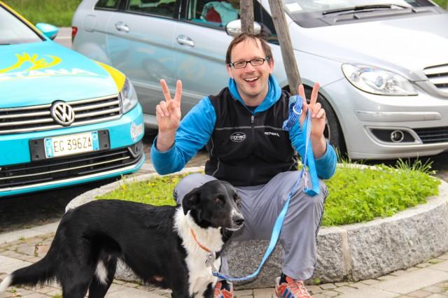 В отчете о несостоявшемся  19 этапе было упоминание о псе на балконе. На следующий день группа журналистов снимала отправление гонщиков на этап в том же отеле. Там оказался хозяин с собакой. Он рассказал, что на запечатленном балконе была собака его друзей.