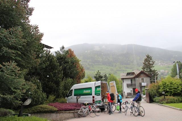 Большое количество любителей прибыло, чтобы поприветствовать Джиро на вершине Стельвио. Но сначала этап был изменен, а вскоре и отменен совсем