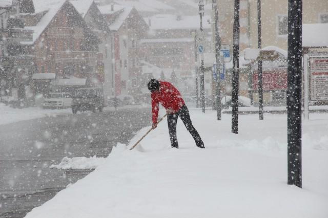 Уборка снега идет непрерывно в Альпах