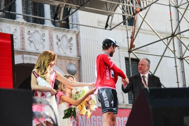 Почти Жан Рено награждает Кэва. За 20 дней Джиро методика застегивания джерси отработана идеально
