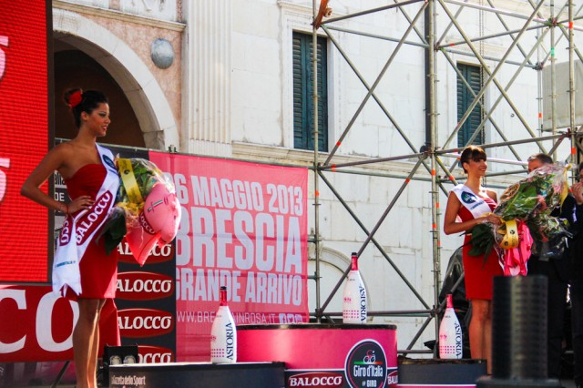 giro-2013-podium-girls-10