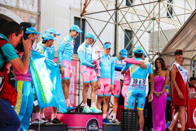 giro-2013-podium-girls-11
