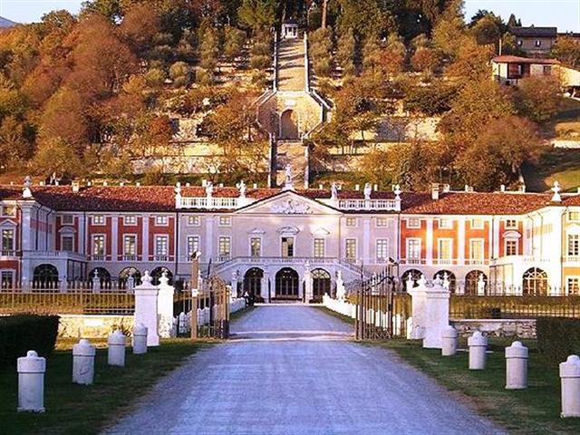 Вилла Фенароли 18-века активно используется для проведения торжественных мероприятий