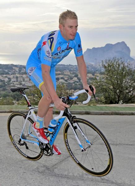 """Вестра отлично выглядит в """"смурфных"""" цветах Астаны - Photo: © Bettini Photo from cyclingnews.com"""