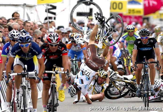 2010_tour_de_suisse_stage4_crash_martin_elmiger_ag2r_la_mondiale1a