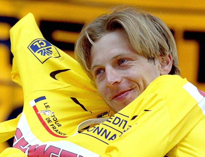 Evgeni Berzin of Russia smiles as he wears the leader's yellow jersey after the 30,5km time trial 8t..