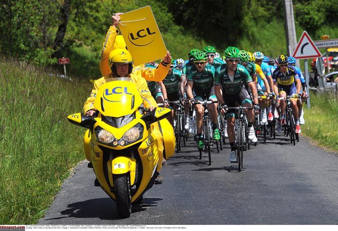 Хронометристы качают руки. Photo: © Tim de Waele/TDW Sport