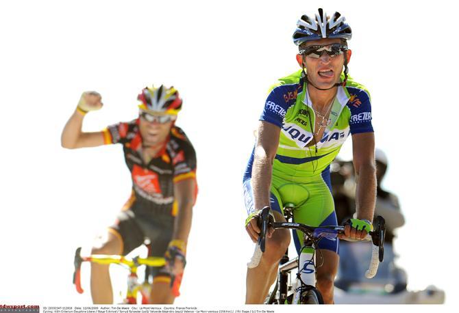 Алехандро Вальверде празднует победу в генеральной классификации за победителем этапа Сильвестром Жмыдом. Photo: © Tim de Waele/TDW Sport