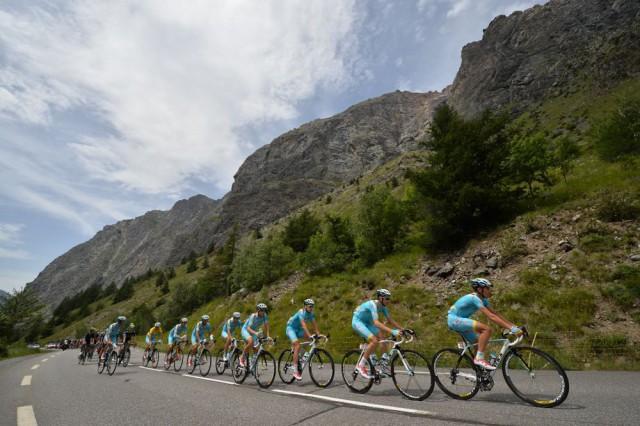 L'équipe Astana en tête du peloton © Presse Sports/B.Papon