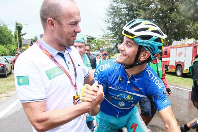 Кирсипуу поздравляет Андреа Гуардини с победой на этапе Тура Лангкави. Photo from http://pulsemediacommunications.blogspot.com