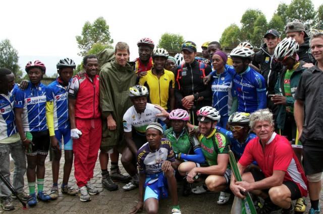 Фото: Tinkoff-Saxo. В частности, Килиманджаро покорял словак Петер Саган (пятый во втором ряду слева), чей трансфер стал самым громким в нынешнем межсезонье