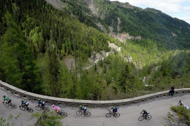 """Фото: AP/ Fabio Ferrari. Велогонщики на 20-м этапе многодневной гонки """"Джиро д'Италия"""""""