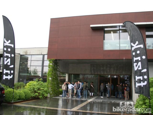 Фасад здания фабрики Selle Royal в Виченце, где делают седла Fi'zi:k