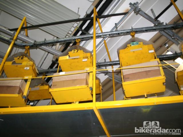 Карусель коробок, заполненных седлами