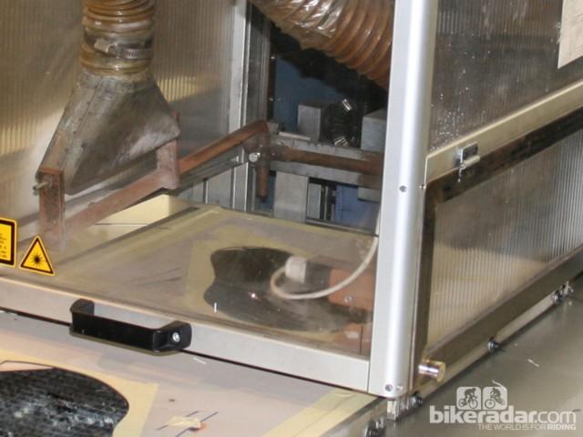 Лазер вырезает полосы обивки для придания фирменного вида Arione