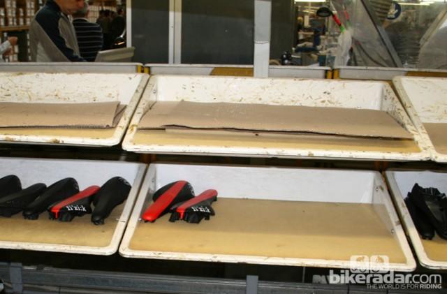 Склеенные седла отправляются обратно на ленту конвейера