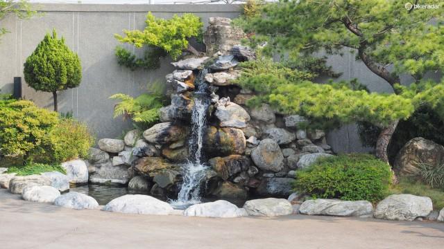 Фэншуй все еще важен в Азии. Фасад фабрики декорирован обязательным водным сооружением