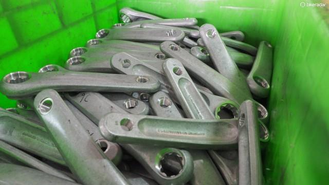 Все работы по обработке завершены для этих кованных алюминиевых шатунов, так что далее они отправятся на полировку и анодирование – эти процессы FSA отдает третье стороне