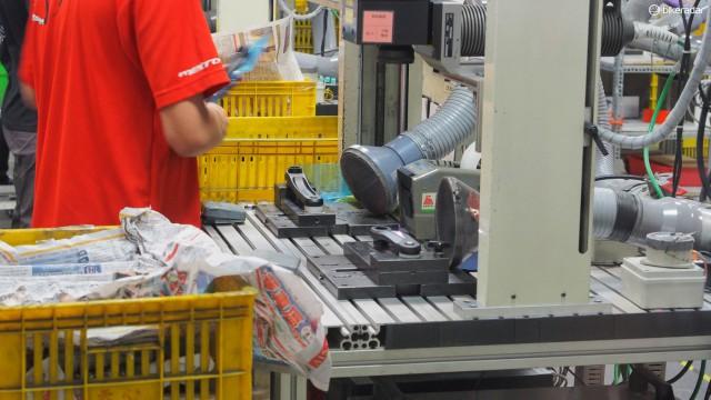 Лазерное травление производит небольшое количество алюминиевой пыли, которая вредна не только для рабочих, но и является легко воспламеняемой. Пылесосы удаляют пыль, оставляя всех живыми и здоровыми