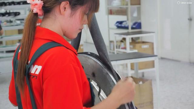 Карбоновые ободья производятся полностью вручную на специальной карбоновой фабрике FSA. Это невероятно кропотливая работа, компания выпускает всего 60 ободьев в день