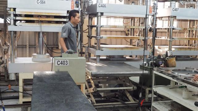 Эти стальные формы также тяжелые. FSA использует моторизированную тележку для переноса к печи о обратно форм