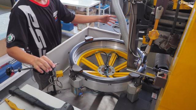FSA использует этот станок для сверления отверстий