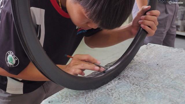 FSA очень серьезно относится к инспекции карбоновых ободьев. Отверстия под спицы и под нипель инспектируются один за одним, в случае необходимости доделываются вручную