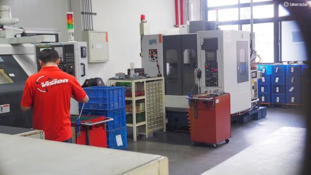 Большая часть лаборатории прототипирования отделена от остальной части завода. Вероятно, чем меньше людей знает о разработках, тем лучше