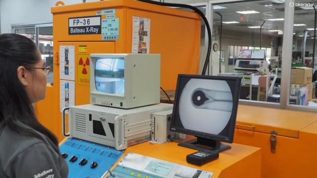 FSA говорит, что каждый полый алюминиевый и карбоновый шатун тестируется, используя рентген. Это один из недеструктивных путей проверить внутреннюю структуру