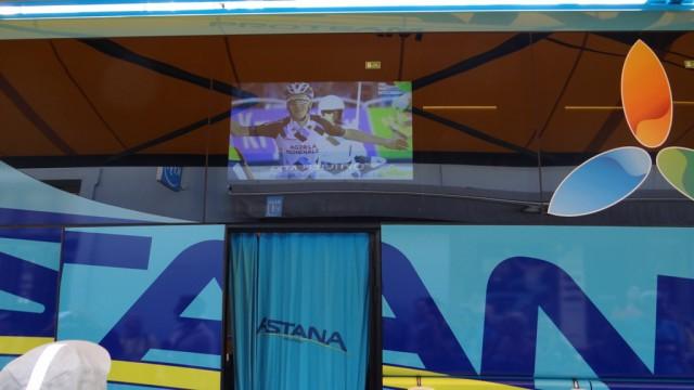 Трансляцию можно посмотреть под навесом командного автобуса