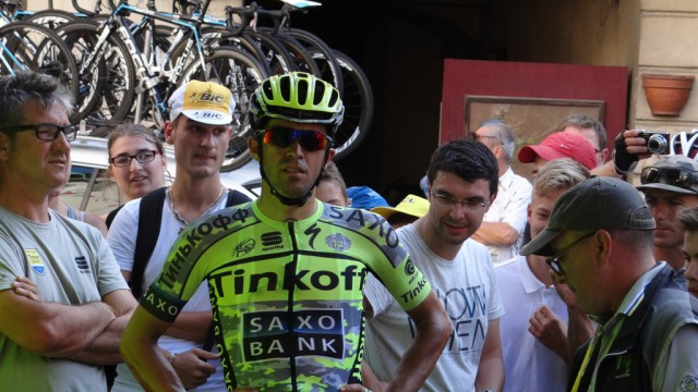 Альберто Контадор закатывается после гонки