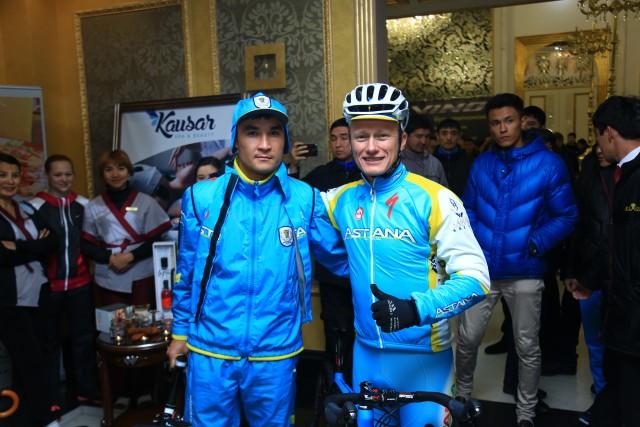 Серик Сапиев и Александр Винокуров перед стартом велопробега