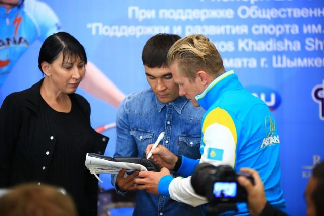 """Винокуров и Забирова также расписываются на боксерских перчатках """"Astana Arlans"""""""
