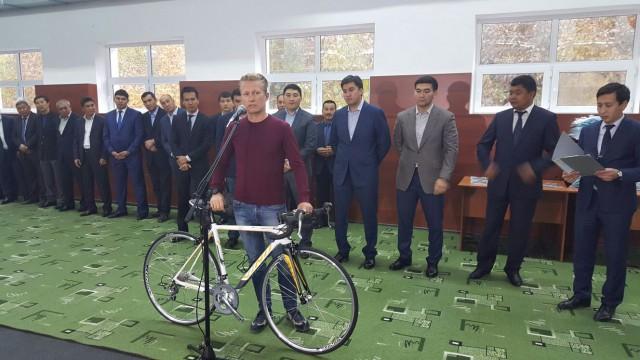 Александр Винокуров передает велосипеды школе